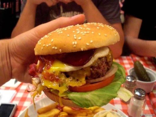 grande_881_schwartzs_FR_schwartzs_burger_05