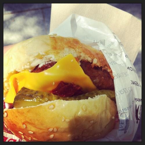 Para aqueles que me seguem no Instagram, vocês puderam babar com o meu hambúrguer fromager, e até o chéri que não curte tofu babou no meu hambúrguer.