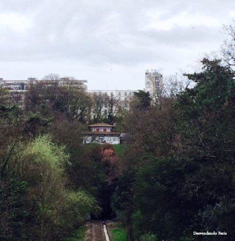 Buttes Chaumont ao fundo
