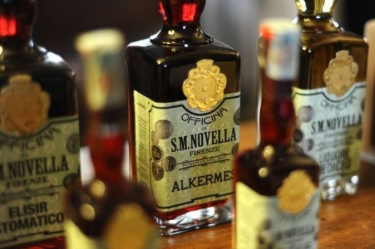 302740_des-fioles-de-parfum-santa-maria-novella-dnas-la-boutique-historique-a-florence-le-4-avril-2012